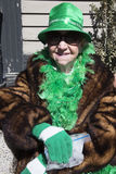 Den äldre kvinnan i gräsplan, Sts Patrick dag ståtar, 2014, södra Boston, Massachusetts, USA Arkivfoton
