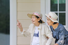 Den äldre kvinnan kopplar av med dottern Arkivfoto
