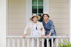 Den äldre kvinnan kopplar av på terrass med dottern Royaltyfri Fotografi