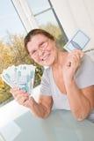 Den äldre kvinnan med ryska pengar och besparingar bokar Arkivbilder