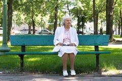 Den äldre kvinnan parkerar in Arkivbild
