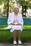 Den äldre kvinnan parkerar in Arkivfoton