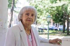 Den äldre kvinnan parkerar in Royaltyfri Foto