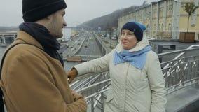 Den äldre kvinnan talar med sonsonanseende på synvinkeln arkivfilmer