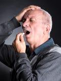 Den äldre mannen önskar att ta en preventivpiller Royaltyfria Foton