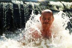 Den äldre mannen i kallt vatten Sund livsstil arkivfoto