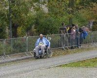 Den äldre mannen i rullstol är deltagandet i loppet Magdeburg för Tyskland för sportferiemaraton oktober 2015 Royaltyfri Fotografi