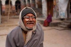 Den äldre mannen i tappningexponeringsglas går gatan Arkivfoton