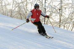 Den äldre mannen som ner skidar, skidar lutningen Royaltyfria Bilder