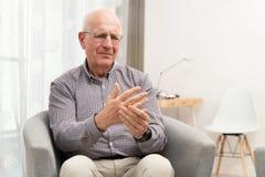 Den äldre mannen uttrycker smärtar arkivfoton