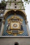 Den äldsta offentliga klockan i Frankrike är på Palaisen de la Cité, Paris royaltyfria bilder