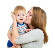 Den älska moderholdingen behandla som ett barn pojken som isoleras på white Arkivfoto