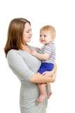Den älska moderholdingen behandla som ett barn pojken som isoleras på white Arkivbilder