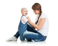 Den älska modern som leker med henne, behandla som ett barn Royaltyfria Bilder