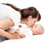 Den älska modern som leker med henne, behandla som ett barn flickaspädbarn Royaltyfria Foton