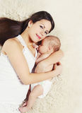 Den älskvärda barnmodern med att sova behandla som ett barn att ligga tillsammans Arkivfoton