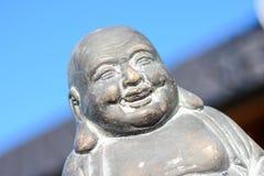 Den älskvärda buddhaen som är staty i solen Arkivfoto