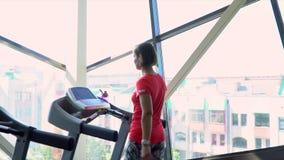 Den älskvärda flickan i idrottshallen är förlovad på en löparbana Sportutbildning lager videofilmer