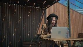 Den älskvärda flickan i parkerar med hennes personliga bärbar dator stock video