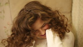 Den älskvärda flickan skakar roligt lockigt hår stock video