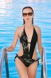 den älskvärda kommande flickan pool ut simning Fotografering för Bildbyråer