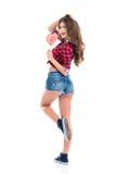 Den älskvärda lyckliga unga kvinnan som poserar med hjärta, formade godisen fotografering för bildbyråer