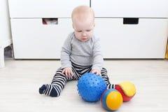 Den älskvärda 6 månaden behandla som ett barn lekbollar Royaltyfria Foton