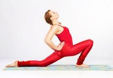 Den älskvärda sportiga kvinnan som gör sträckning, övar Royaltyfri Fotografi