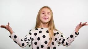 Den älskvärda tonårs- flickan visar det PERFEKTA tecknet arkivfilmer