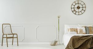 Den ändrande ramvideoen av en elegant sovruminre med en metall tar tid på att hänga ovanför sängen stock video