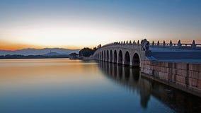 Den ärke- bron 17 och Kunming sjön Arkivfoton