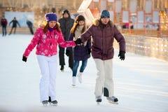Den åka skridskor isbanan i Gorky parkerar Fotografering för Bildbyråer