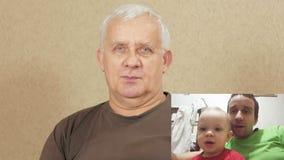 Den åldrades mannen meddelar med sonen och sonsonen på internet KÄRNA: se den hela familjen på skärmen Farsa och son lager videofilmer