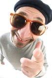 den åldras konstnärbasker stänger den stora näsan för hatten som ler upp Arkivbild