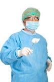 den åldriga kirurgisk tång rymmer medelkirurgkvinnan Royaltyfria Foton