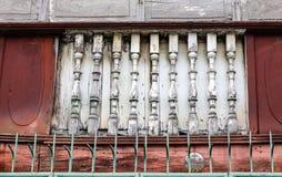 Den åldriga tegelstenväggen med sprickor och hasar Arkivfoton