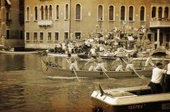 Den årliga regattan ner Grand Canal i Venedig Italien Fotografering för Bildbyråer