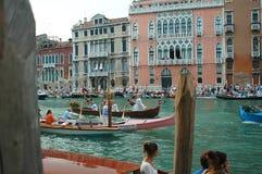 Den årliga regattan ner Grand Canal i Venedig Italien Arkivfoto