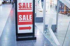 Den återförsäljnings- bilden av en Sale undertecknar in ett klädlager Shoppa och rabattbegrepp sista försäljning 50 procent på la Arkivbild