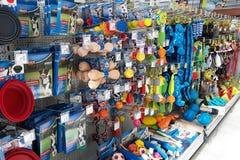 Den återförsäljnings- ställningen med olika typer av hundleksaker som attrapp, bollen eller plysch i husdjur shoppar avdelning arkivbild