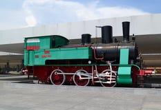 Den återställda gröna forntida lokomotivet med röda weels arkivfoto