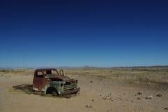 Den öde gamla rostiga bilhaveriet deserterade i den Namibia öknen nära Death Valley betyda ensamhet arkivfoton
