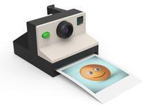 Den ögonblickliga fotokameran med fotoet av smileysymbolet 3d framför Fotografering för Bildbyråer