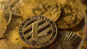 Den ökande Litecoin modellen vid förstoringsapparaten ligger på myntmakro lager videofilmer