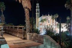 Den önskande bron och Stet Peter & x27en; s kyrktar på natten i den gamla staden Yafo, Israel Royaltyfri Fotografi