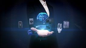 Den öppna affärskvinnan gömma i handflatan, hjärnteknologi för konstgjord intelligens som förbinder smarta hem- apparater, intern