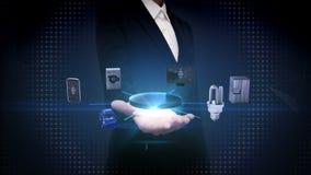 Den öppna affärskvinnan gömma i handflatan, internet av sakerteknologi som förbinder smarta hem- apparater, konstgjord intelligen stock video