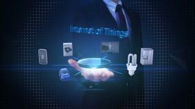 Den öppna affärsmannen gömma i handflatan, internet av sakerteknologi som förbinder smarta hem- apparater, konstgjord intelligens stock video