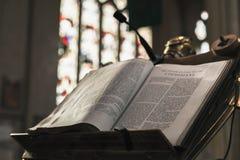 Den öppna bibeln lägger i Abbey Church Arkivbild