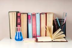 Den öppna boken, bunt av den färgrika inbundna boken bokar på den ljusa tabellen tillbaka skola till Kopiera utrymme för text Royaltyfri Bild